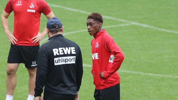 Justin Diehl spricht beim 1. FC Köln mit Steffen Baumgart.