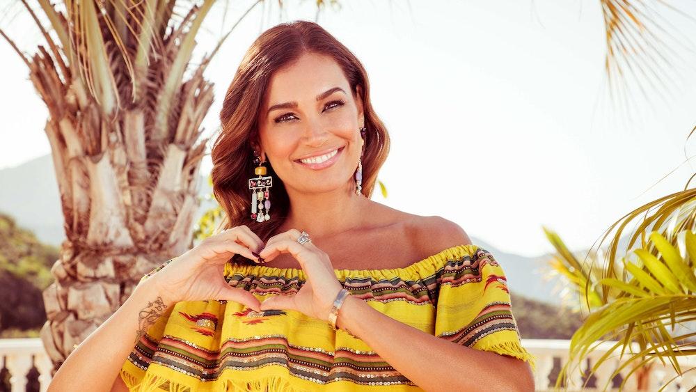 """Ab Montag, 25. Oktober, führt Jana Ina Zarella durch das neue Kuppelformat """"Let's Love - Eine Hütte voller Liebe"""" auf RTL ZWEI."""