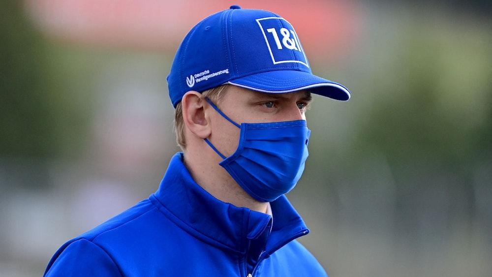 Mick Schumacher geht mit Maske über die Strecke der Formel 1 in Istanbul.