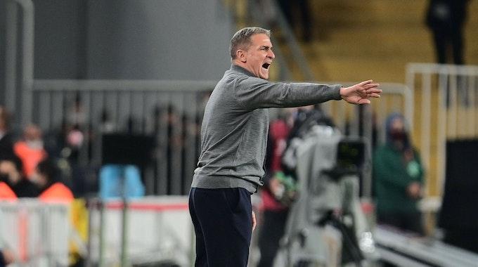 Stefan Kuntz (58) gestikuliert an der Seitenlinie beim WM-Qualifikations-Spiel Türkei gegen Norwegen am 8. Oktober 2021.