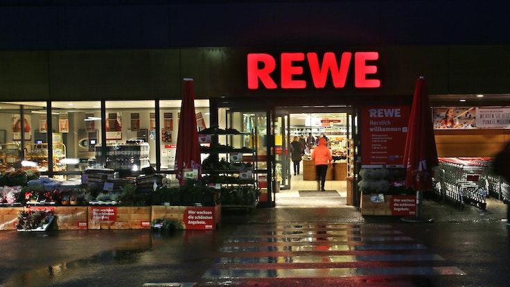 Rückruf bei Rewe (hier eine Essener Filiale auf einem Foto im Jahr 2016): Nach dem Nachweis von Bakterien werden tiefgefrorene Bio-Kräuter von Rewe in mehreren Bundesländern zurückgerufen.