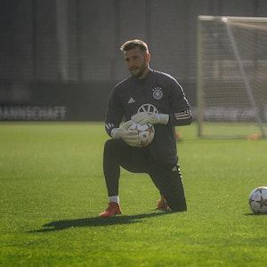 HSV-Torhüter Daniel Heuer Fernandes (28) mit dem Ball in der Hand beim Training der deutschen Nationalmannschaft.