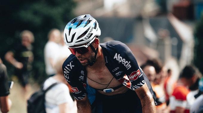 Alexandar Richardson sichtlich angestrengt mit offenem Trikot bei der Tour of Britain 2021.