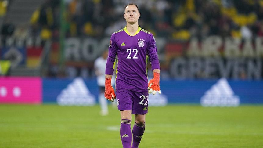In Mönchengladbach geboren, beim FC Barcelona steht er unter Vertrag: Nationaltorhüter Marc-André ter Stegen beim WM-Qualifikationsspiel der DFB-Elf gegen Rumänien am 8. Oktober 2021 in Hamburg. Ter Stegen schaut in den Abendhimmel.