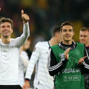 Thomas Müller und Florian Neuhaus drehen eine Ehrenrunde durch das Stadion.
