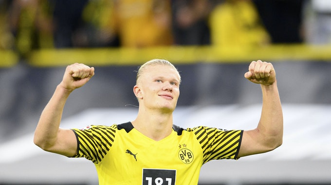 Erling Haalnd (21) bejubelt mit nach oben gestreckten Armen ein Tor im BVB-Dress.