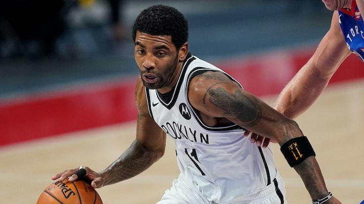 Nets-Point-Guard Kyrie Irving zieht beim Regular-Season-Spiel gegen die Detroit Pistons an seinem Gegenspieler vorbei