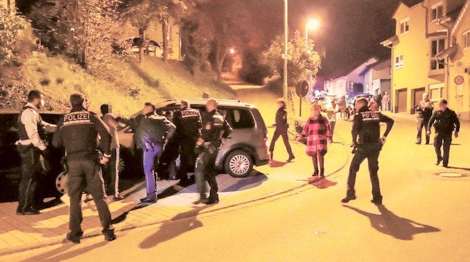 Die Polizei musste in der Nacht zum Samstag (9. Oktober) mit einem Großaufgebot in Sinsheim ausrücken.