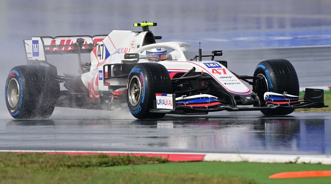 Der Formel-1-Bolide von Mick Schumacher auf der regennassen Rennstrecke in Istanbul.