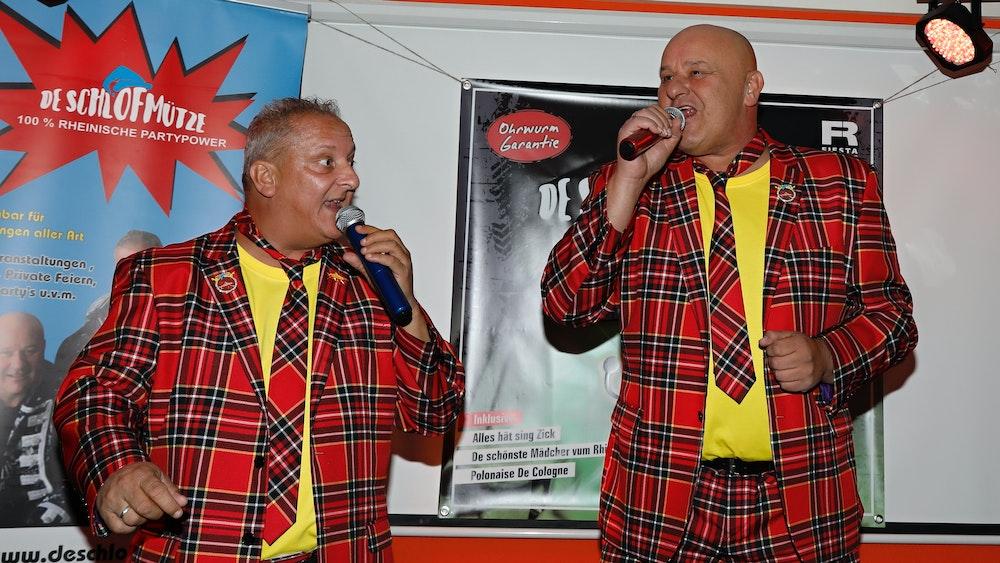 Reiner Buch und Ralf Heeg singen in der Gaststätte Zur Post.