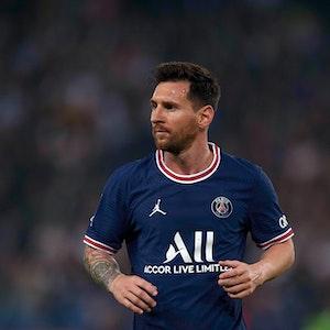 Paris-Star Lionel Messi schaut gegen Olympique Lyon in der Ligue 1 konzentriert nach rechts