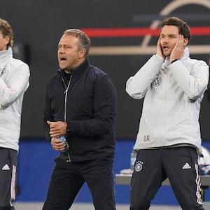 Bundestrainer Hansi Flick (M) sowie die Assistenztrainer Marcus Sorg (l) und Danny Röhl agieren an der Seitenlinie.