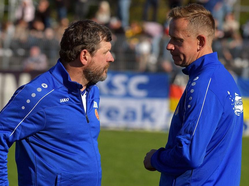 Steffen Baumgart spricht mit Jörg Heinrich.