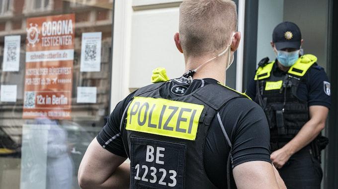 Die Polizei (hier ein Archivfoto von einem Einsatz in Berlin) ermittelt in dem Fall.
