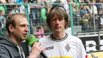 Mallorca-Star und Borussia-Mönchengladbach-Fan Mickie Krause (r.) hat während einer Reise weniger schöne Erlebnisse gehabt. Auf diesem Foto ist der Sänger am 30. März 2014 mit Stadionsprecher Torsten Knippertz im Borussia-Park zu sehen.