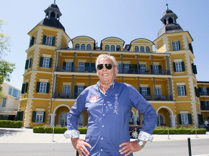Wörthersee-Insider Franz Pfauser vor dem Schlosshotel.