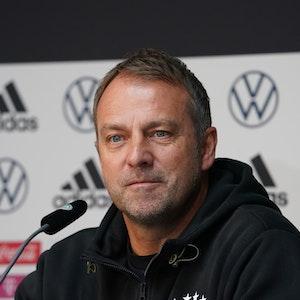 Bundestrainer Hansi Flick auf dem Podium bei einer DFB-Pressekonferenz.