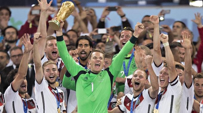 Manuel Neuer feiert mit seinen Mitspielern der deutschen Fußballnationalmannschaft den WM-Titel 2014