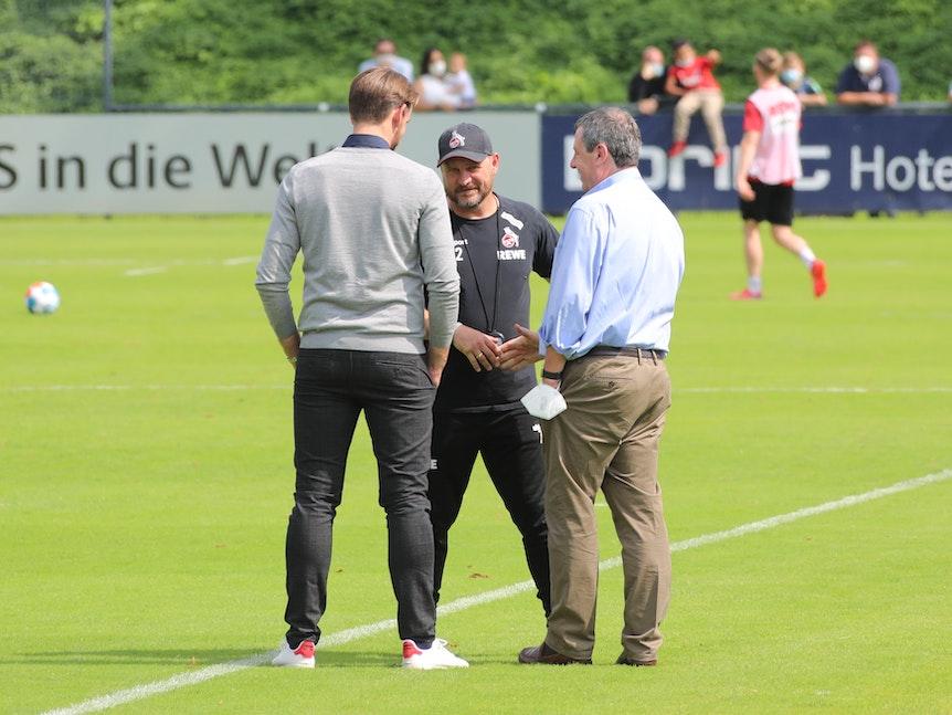 Werner Wolf schüttelt Steffen Baumgart die Hand.