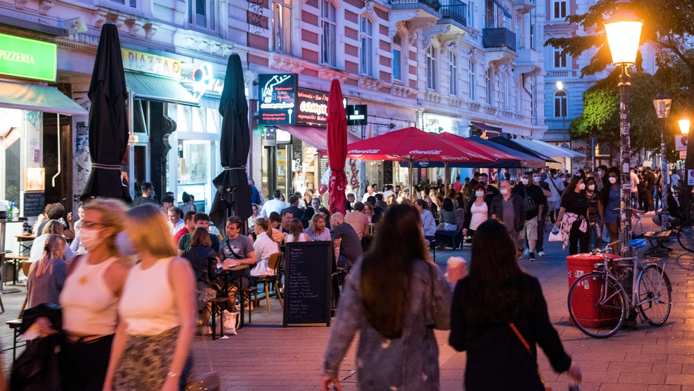 In der Außengastronomie (wie hier im Hamburger Schanzenviertel) gehört Rauchen noch in das Alltagsbild.