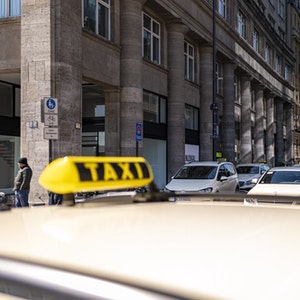 Taxen stehen in zwei Reihen am Bahnhofsvorplatz