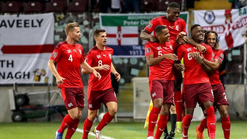 Der Schweizer Nationalspieler Denis Zakaria (2.v.r.), bei Fußball-Bundesligist Borussia Mönchengladbach unter Vertrag stehend, bejubelt am 9. Oktober 2021 in Genf sein Tor im WM-Qualifikationsspiel gegen Nordirland. Der Treffer wird anschließend allerdings vom Videoassistenten aberkannt.