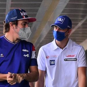 Fernando Alonso (l.) und Mick Schumacher unterhalten sich