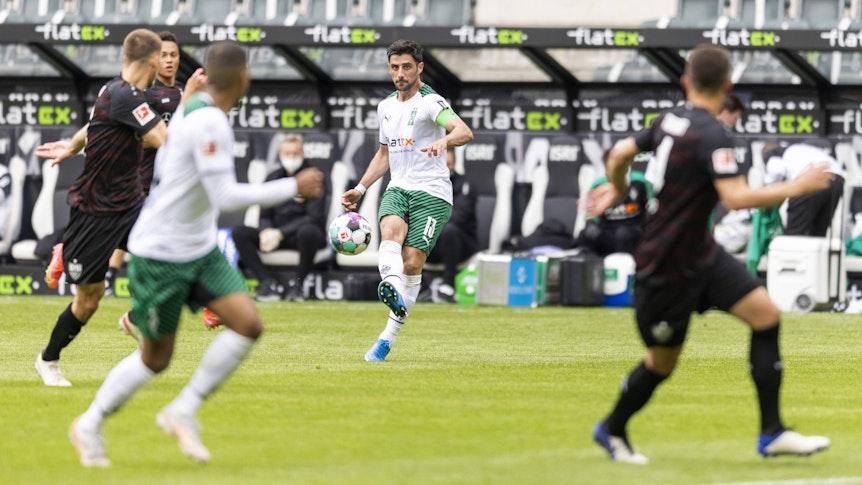 Gladbach-Kapitän Lars Stindl (Mitte) im Bundesliga-Duell mit dem VfB Stuttgart am 15. Mai 2021 im Borussia-Park. Stindl spielt einen Pass in die Tiefe.