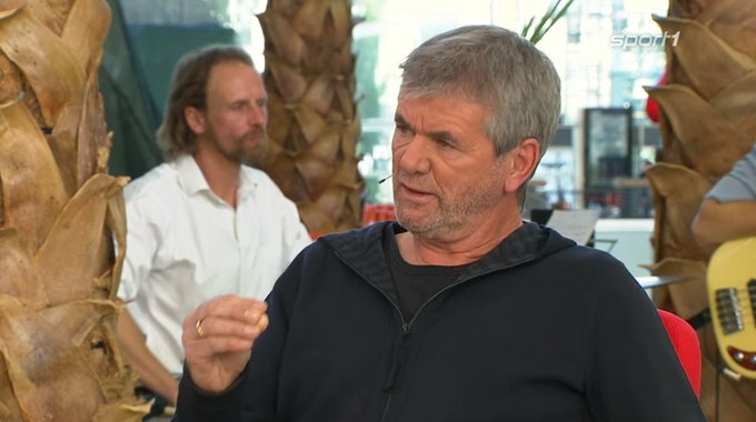 Friedhelm Funkel spricht im Doppelpass auf Sport1 am 10. Oktober 2021. Screenshot der TV-Übertragung.