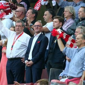 Werner Wolf und Alexander Wehrle stehen beim Bundesliga-Spiel 1. FC Köln gegen RB Leipzig auf der Tribüne.