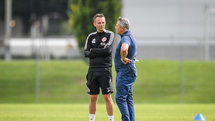 Fortuna Düsseldorfs Vorstand Klaus Allofs (r.) und Trainer Christian Preußer im Gespräch auf dem Trainingsplatz.