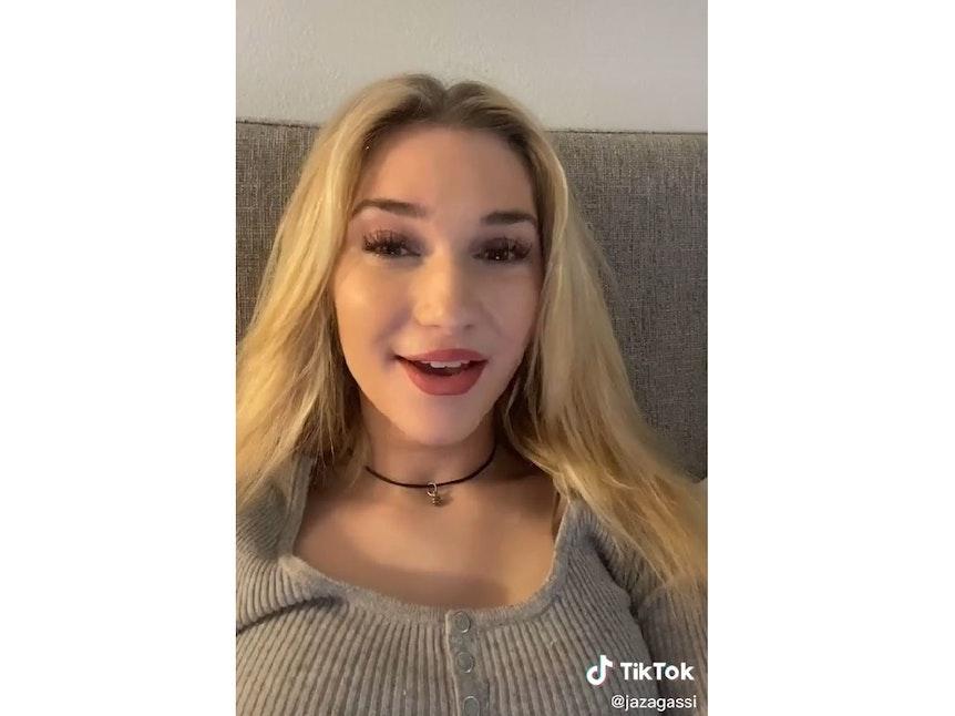 Jaz Elle Agassi, die Tochter von Steffi Graf, auf einem Sofa in einem ihrer TikTok-Videos