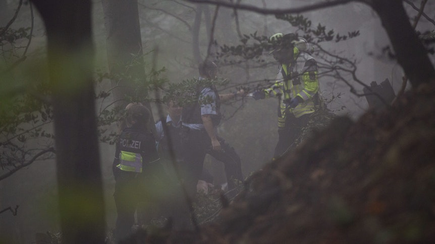 Einsatzkräfte stehen im Nebel im Wald im Siebengebirge.