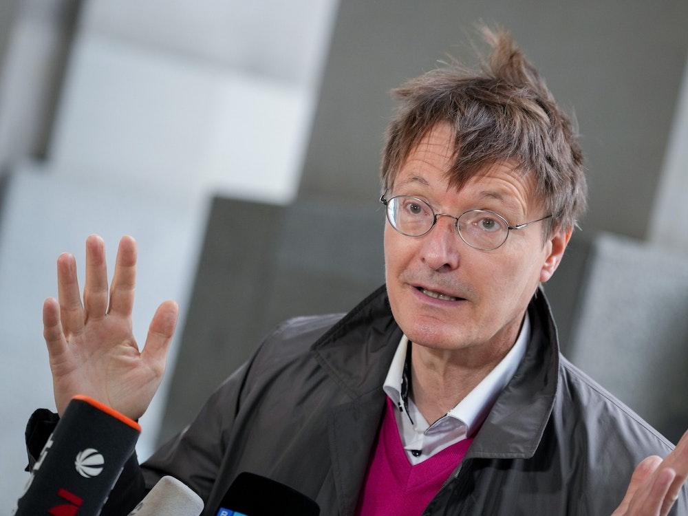 Karl Lauterbach, SPD-Gesundheitsexperte und Bundestagsabgeordneter, kommt in den Bundestag zur Fraktionssitzung der SPD nach der Bundestagswahl.