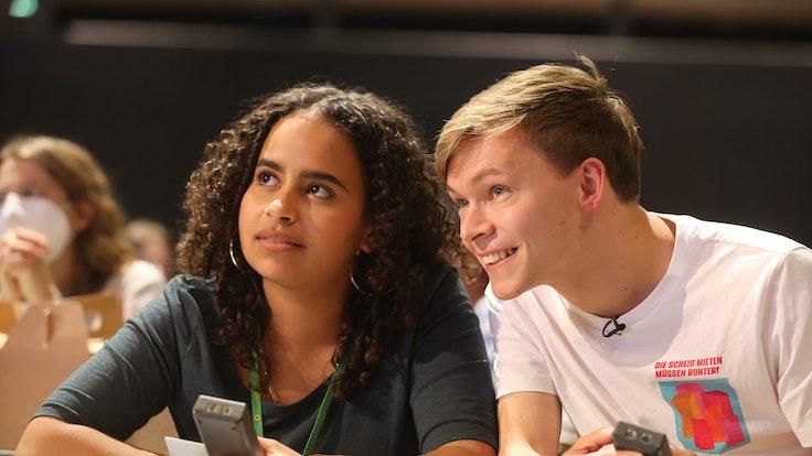 Sarah-Lee Heinrich (l) und Timon Dzienus freuen sich nach ihrer Wahl als Bundessprecher der Grünen Jugend. Die Wahl fand am 9. Oktober 2021 in Erfurt statt.
