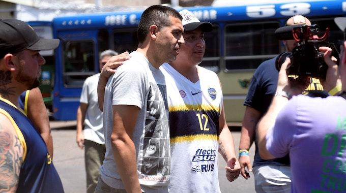Juan Román Riquelme posiert mit Fans der Boca Juniors.