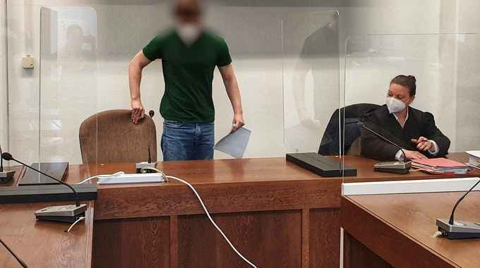 Prozessauftakt in Köln: Der Angeklagte Jonas B. (Name geändert) nimmt im Gerichtssaal neben seiner Anwältin Platz.