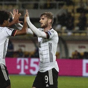 Timo Werner bejubelt mit Serge Gnabry seinen Treffer zum zwischenzeitlichen 2:0 in Nordmazedonien.