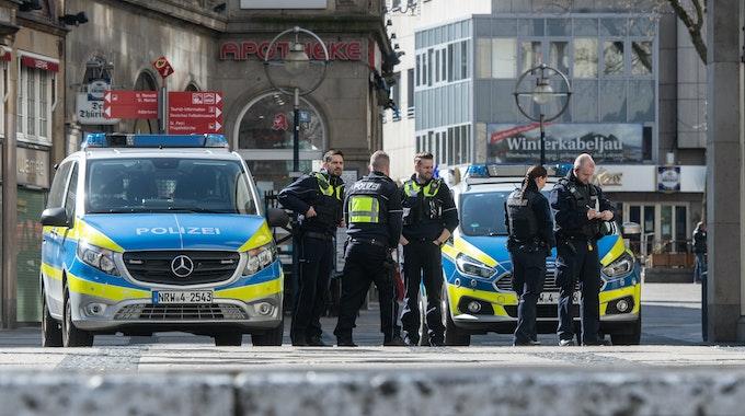 Die Polizei Dortmund (hier ein Archivfoto von einem Einsatz) fahndet nach den flüchtigen Angreifern.