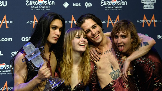 """Gitarrist Ethan (l-r), Bassistin Victoria, Sänger Damiano und Gitarrist Thomas von der Band """"Maneskin"""" (Italien) freuen sich nach dem Gewinn des Eurovision Song Contest (ESC) während eines Fotocalls."""