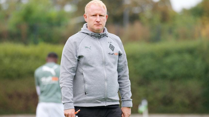 Heiko Vogel ist Trainer von Borussia Mönchengladbachs U23. Das Foto zeigt den 45-Jährigen am 2. Oktober 2021 beim Spiel zwischen Gladbach und dem Bonner SV ernst guckend an der Seitenlinie.