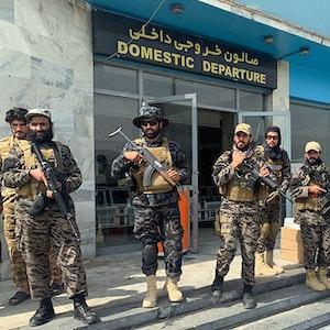 Taliban-Kämpfer stehen am 31.08.2021 vor dem Hamid Karzai International Airport in Kabul, Afghanistan.