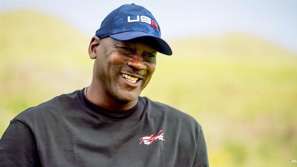 Michael Jordan lacht in die Kamera