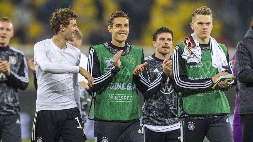 Florian Neuhaus (2. v. l.), Jonas Hofmann und Matthias Ginter (r.) von Borussia Mönchengladbach, hier nach dem WM-Qualifikationsspiel gegen Rumänien am 8. Oktober 2021 mit Teamkollege Thomas Müller (l.) beim Applaudieren.