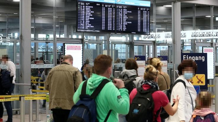 Reisende am Flughafen Köln-Bonn.