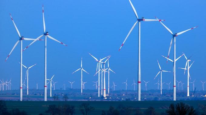 Windräder drehen sich nach Sonnenuntergang in einem Windpark. In einem ersten Schritt sollen auf der dänischen Strom-Insel 200 Windräder aufgestellt werden.