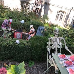 Halloween-Deko in einer Hauseinfahrt am Kölner Volksgarten