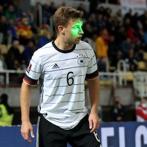 Ein Laserstrahl ist bei Deutschlands Spiel in der WM-Quali in Nordmazedonien genau auf das Gesicht von Joshua Kimmich gerichtet.