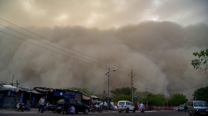 Aufgrund der heftigen Sandstürme in Brasilien sind in den vergangenen Wochen mehrere Menschen gestorben. Das Foto (aufgenommen am 7. Mai 2018) zeigt einen Sandsturm über Indien.