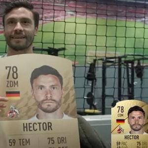 Jonas Hector bekommt seine FIFA-22-Karte überreicht.